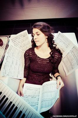 Regina Hammerlik - Keyboard und Gesang