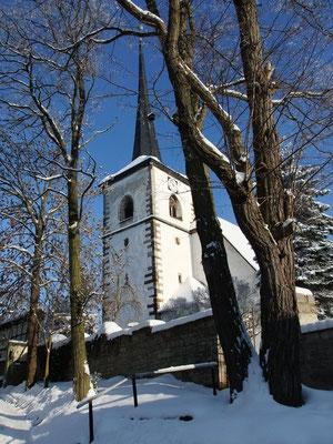 Die alte Kirche mit dem Wehrturm