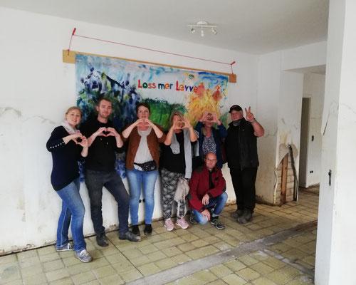 Das aktuelle Helferteam mit dem Hausherrn Rolf (ganz rechts) schickt ein herzliches Dankeschön an Ruth und Rolf! Und an den Künstler ;-)