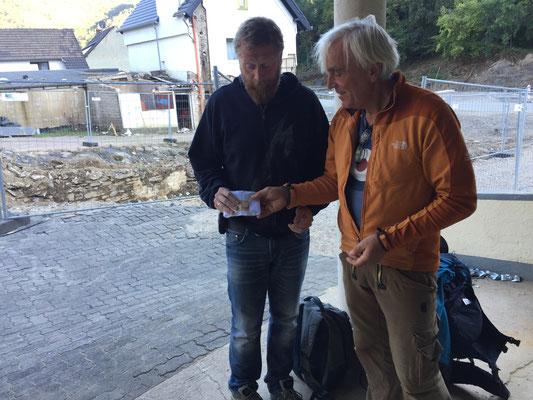 2.300,- Euro an Björn Krämer und seine Familie mit vier Kindern übergeben. Im Hintergrund fehlt sein Haus ...