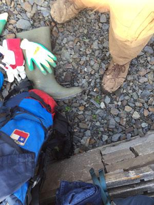 Wie auf dem Jakobsweg gilt es jeden Tag den Rucksack zu ordnen ...  Zusätzlich im Ahrtal-Gepäck: Werkzeuge, Handschuhe und Gummistiefel ...