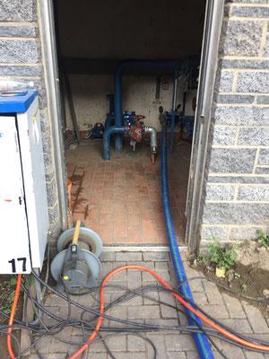 Das Wasser wird, weil die Pumpen zu schwach sind, auf 85 Metern hochgepumpt. Wie bei den längst vegessenen Wassertürmen wird nun der geodätische Höhenunterschied zur Versorgung der beiden Ortschaften genutzt.