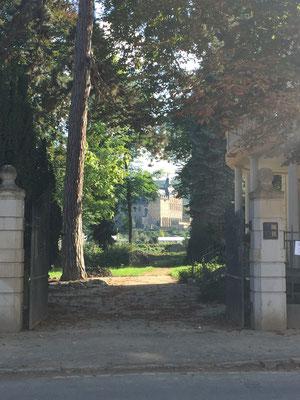 Das ehemalige Kloster Calvarienberg scheint durch ein Tor hindurch. Es wurde nach der Flut zur Schule und Kita umfunktioniert. Auch die Großküche ist reaktiviert worden.