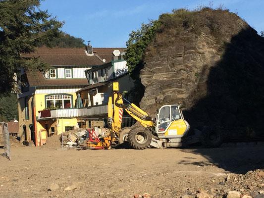 Ruth und Rolf hatten sehr viel Glück. Hinter ihrem Haus steht ein Felsen der sie, wie vermutlich viele Häuser vor ihnen noch geschützt hat ...