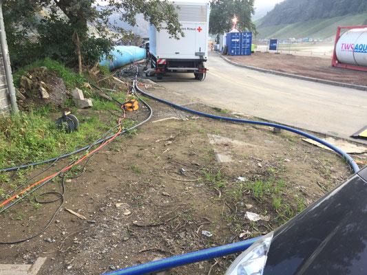 Vor Ort wird das Wasser zur Sicherheit mit Chorierungsmitteln in dieser Übergangsphase versehen und dann über die blaue Leitung zur Einspeisung in dem kleinen Häuschen geführt.