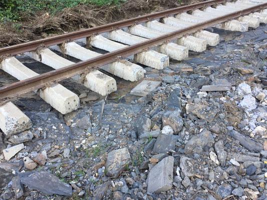 Oft sind die Schienen brutalst auseinandergefetzt. Aber es geht auch einfach unterspült ...