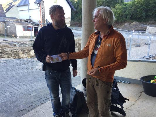 Björn Krämer nimmt die 2.300,- Euro gerne an. Ich, Peter Köstel, war den Tränen näher, als der Empfänger der mich fest in den Arm nahm und sich somit auch bei allen Spendern bedankte!