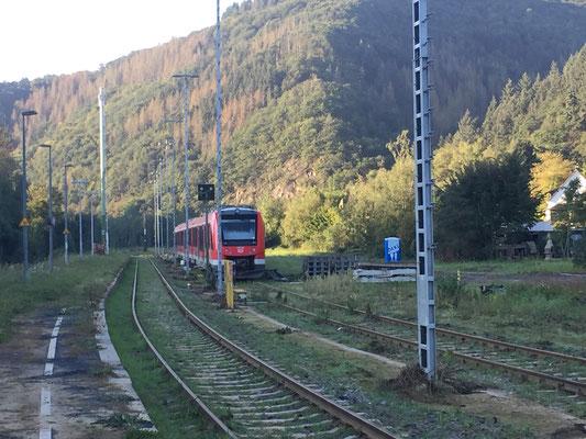 Am Ende des Bahnsteigs steht ein Zug, der zu beiden Seiten abgeschnitten ist. Die Schienennetze sind bekanntlich komplett zerstört. Der Zug wurde im Innenbereich übrigens gereingigt