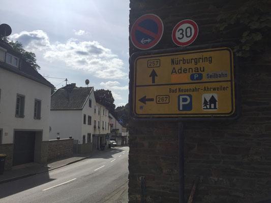 """Wer nicht weiß, wo Altenahr liegt, bekommt mit dem Straßenschild """"Zum Nürburgring"""" eine Ahnung"""