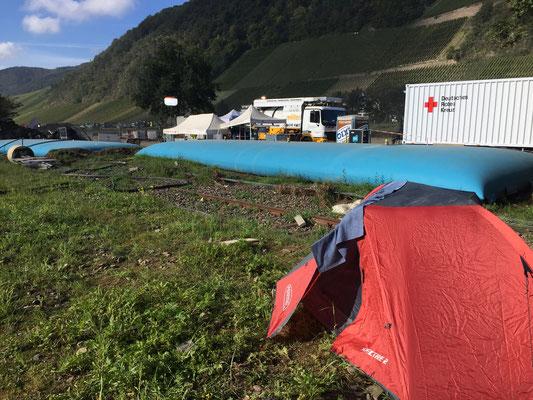Aus dem Zelt hatte ich die dauerbeleuchtete Anlage im Blick ... ich wollte einfach nicht im Container schlafen ... dabei wäre ich alleine gewesen ;-)