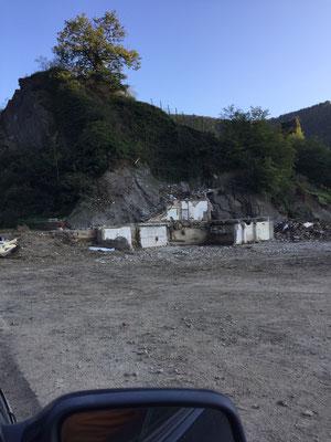 Das Jägerstübchen wurde direkt an den den Felsen gebaut. Über den schmalen Felsaufstieg (rechts hinter dem Abbruch) hat sich die Familie vor den Fluten gerettet.