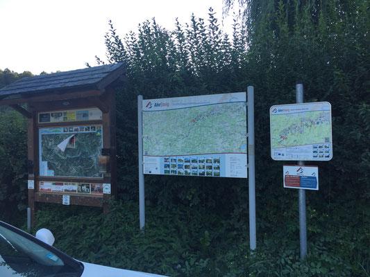 Wanderkarten neben dem Bahnhof zeigen die touristische Prägung des Ortes ... normalerweise ....