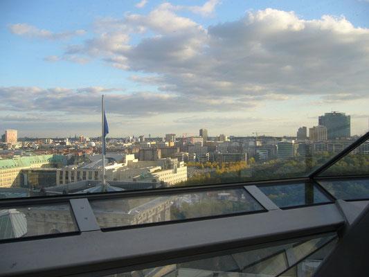 Blick vom Reichstagsgebäude auf Berlin in Richtung Brandenburger Tor