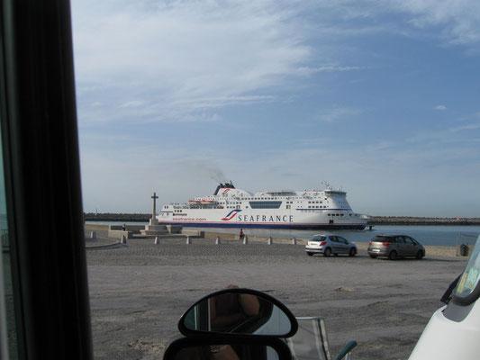Fähre aus Dover beim Einlaufen in den Hafen von Calais