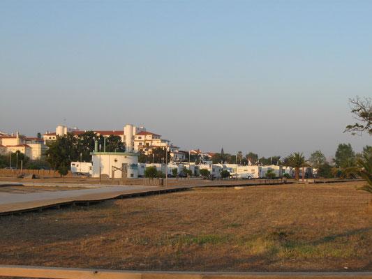 der Parkplatz mit Wohnmobilen am Praía da Manta Rota