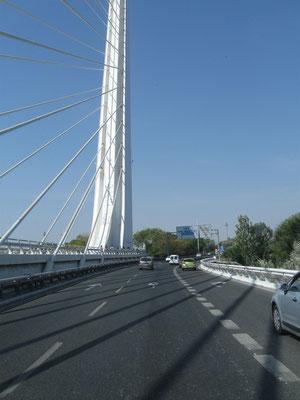 ........über die Brücke des berühmten Kontrukteurs Calatrava
