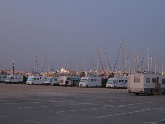 Platz mit Blickrichtung Ferragudo, dazwischen der Yachthafen