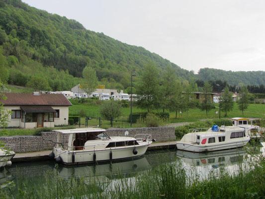 der WoMoSP in Baume-les-Dames von der gegenüberliegenden Kanalseite