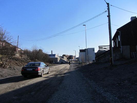 Straße in Kirkenes, Marion und ich fühlten uns an unsere Moskauer Zeiten erinnert....