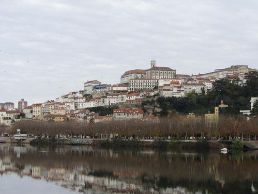 Blick über den Mondego auf Altstadt und Uni von Coimbra