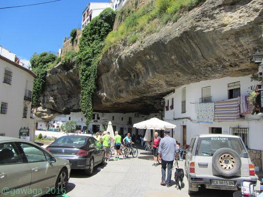 hier hängen die Felsen über den Häusern