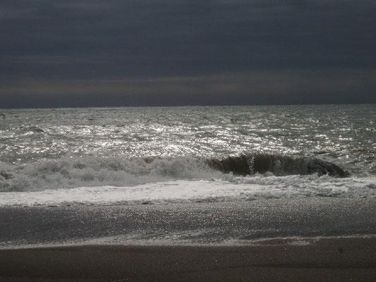 an einem trüben Tag am Strand von Benajarafe