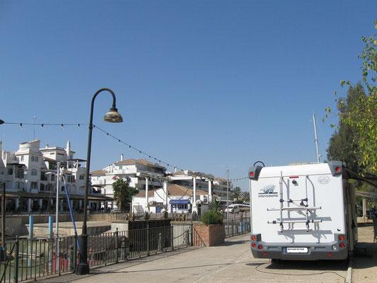 die Plätze entlang des Hafenbeckens