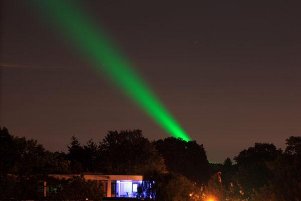 Grünes Flutlicht über Wedel