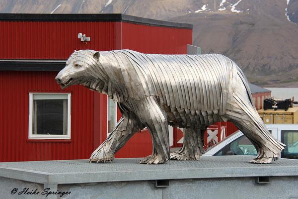 Longyearbyen - Eisbären gibt es hier in fast jeder Form zu bewundern
