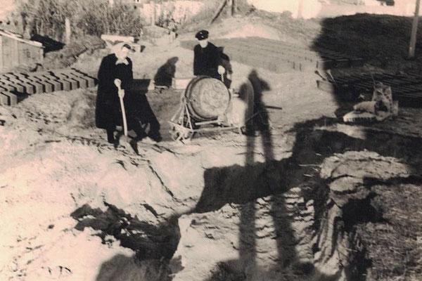 Oma Beate und Opa Paul beim Steine brennen