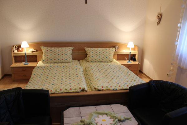 geräumiges Schlafzimmer im Haus Resi in Mähring, Ferienwohnung Gänseblümchen