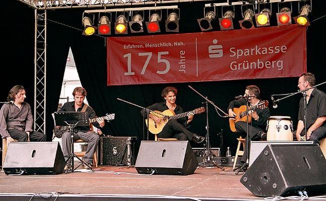 vlnr.: Jorge San Telmo (Tanz/Cajón), Matthias Gräb (Bass), Bino Dola (Gitarre), Juan Lama (Gitarre/Gesang), Luque (Percussion) live in Grünberg im August 2009