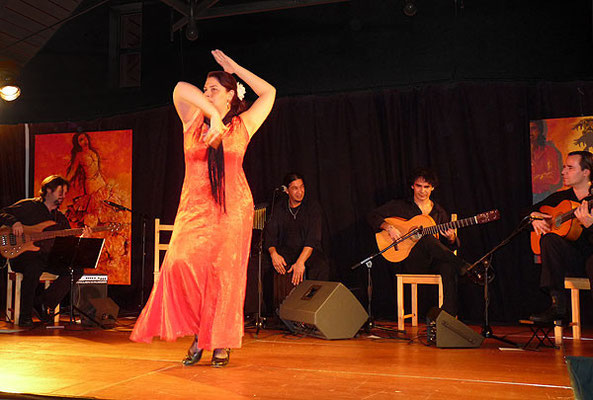vlnr.: Tibor Szücs (Bass), Mayte Pérez Lorenzo (Tanz), Gonzalo Cortés (Cajón/Gesang), Bino Dola (Gitarre), Franco Carmine (Gitarre) live in Burbach im März 2009
