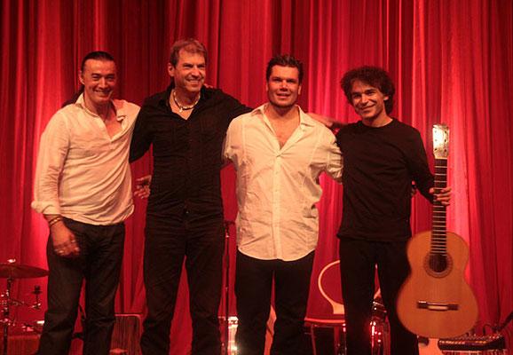 vlnr.: Lulo Reinhardt (Gitarre), Uli Krämer (Percussion), Vicente Patíz (Gitarre), Bino Dola (Gitarre) live in Schneeberg im Juni 2010