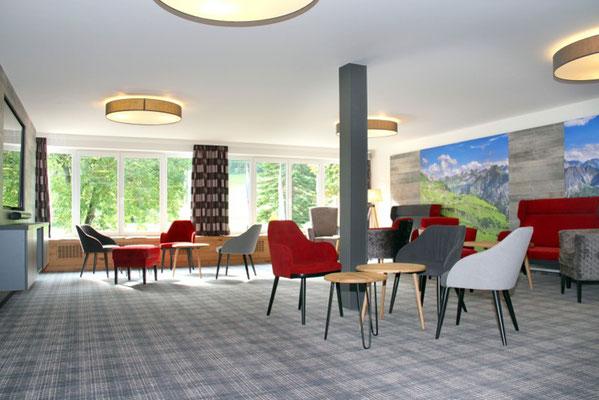 Hotel Sonnenbichl Lobby modern und hell für eine kleine Pause, zum Buch lesen und vieles mehr, Seminare mit Wege zum Sein