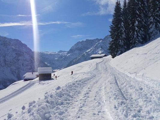 Winterwandern auf verschneiten Wegen im Kleinwalsertal und Allgäu