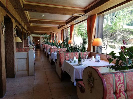 Das helle Restaurant des Almhof Rupp****, Kleinwalsertal