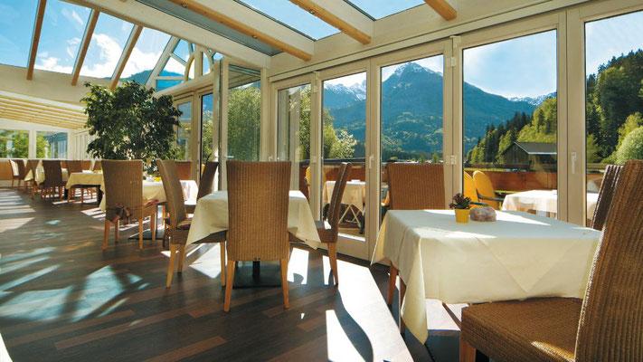 Der Wintergarten im Hotel Sonnenbichl mit direktem Blick Richtung Nebelhorn/ Oberstdorf