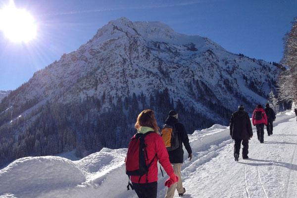 Sonne und Winter genießen: Winterwandern und Meditation im Kleinwalsertal