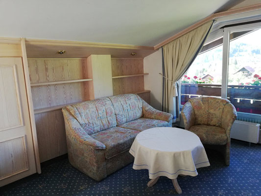 Sitzecke, Beispiel im Komfort-Doppelzimmer Almhof Rupp****, Meditation & Winterwandern im Kleinwalsertal