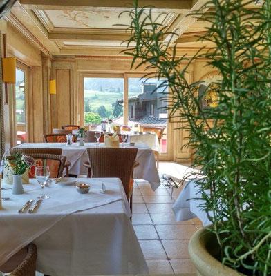 Das Restaurant besteht aus unterschiedlichen Bereichen mit Terrasse oder im Barbereich
