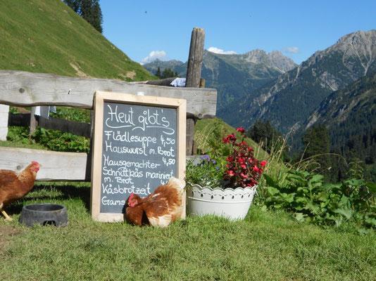 Verschiedenste Hütten und Alpen laden bei den Wanderungen auf eine Einkehr ein