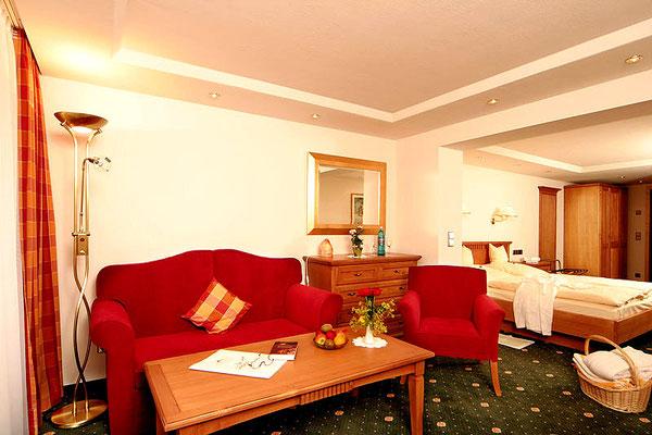 Sitzbereich in einem Doppelzimmer im Hotel Sonnenbichl**** Langenwang, Zimmerbeispiel
