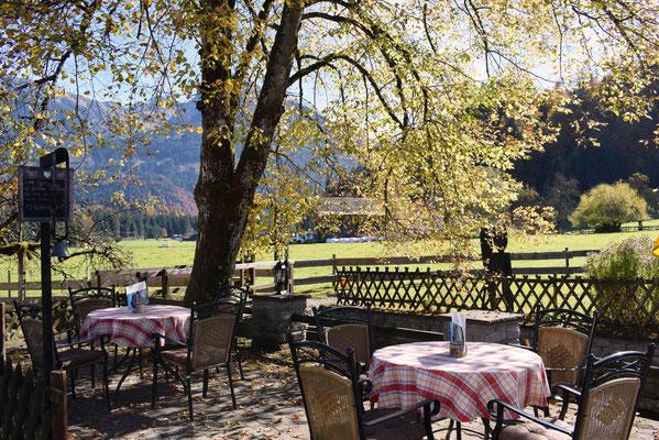 Direkt am Rotfischfach mit Blick auf die Obersdorfer Berge läd der Biergarten des Hotel Sonnenbichl zum Verweilen ein