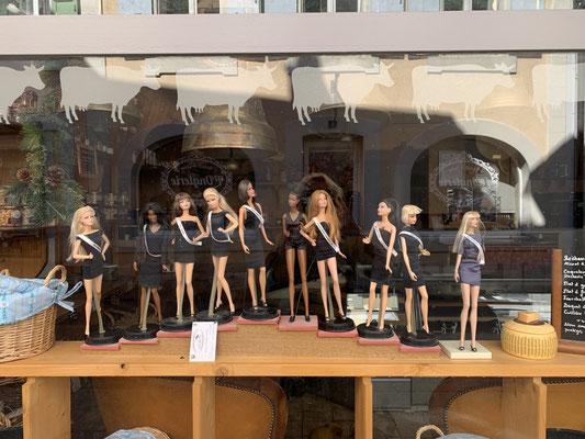 Barbie-Puppen in einer Käserei. Originell.