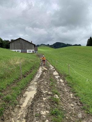 Haslen: Kurz vor diesem Weg passierten wir einen Bauernhof wo wir uns mit dem Bauern unterhielten. Er hat gestaunt, dass wir ohne Motor unterwegs sind und hat sich dafür entschuldigt, dass dieser Weg gerade so matschig ist....