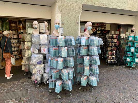 In Konstanz sind die Läden voller Masken: Was das Herz begehrt