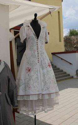 Das ist ein Hochzeitskleid von Sabine von Oettingen. Sie hat es für eine Ausstellung in Südkorea genäht. Schade bin ich schon verheiratet und so alt.