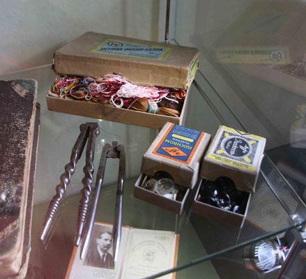 ... meine Mutter hat in solchen leeren Schachteln ebenfalls, wie auf dem Bild, Fäden, Knöpfe, Stecknadeln usw. aufbewahrt