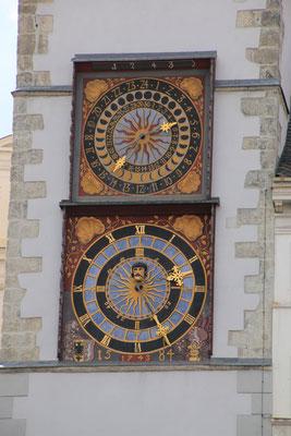 Die untere Stundenuhr wurde 1558 mit der älteren Mondphasenuhr darüber verbunden